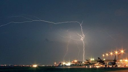 lightning-at-DFW-airport-by-Carens-Photo-Trip_res.jpg