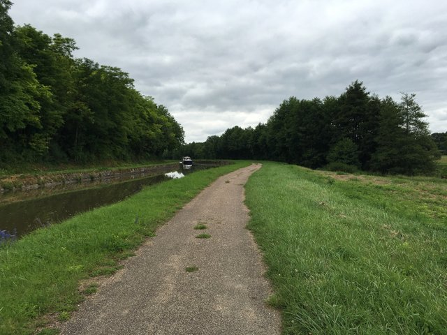 We continue cycling along the Canal Lateral a la Loire